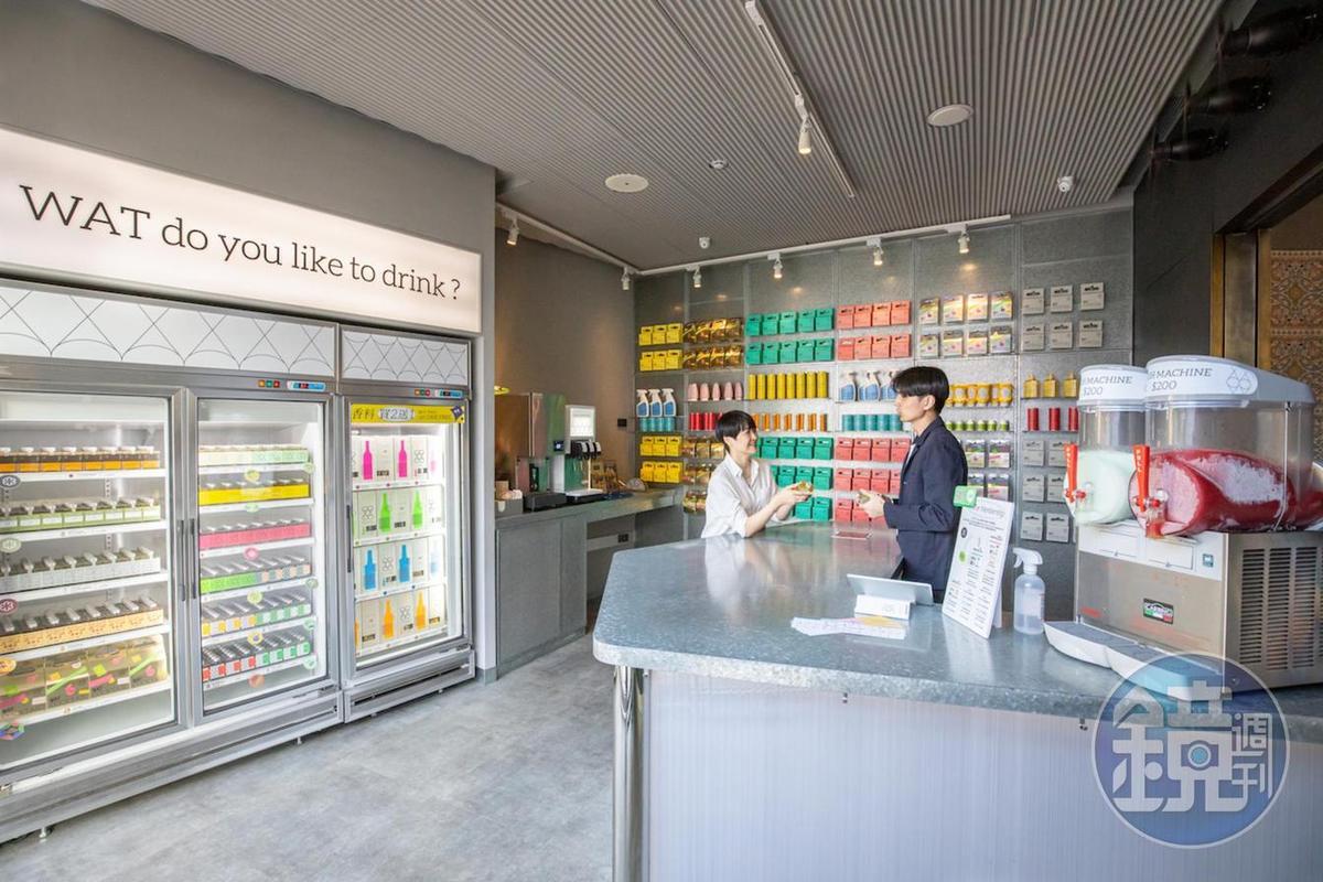 位於信義區的WAT以「調酒超市」為概念,活潑新潮的設計、創新的品飲方式,受到年輕族群的支持。