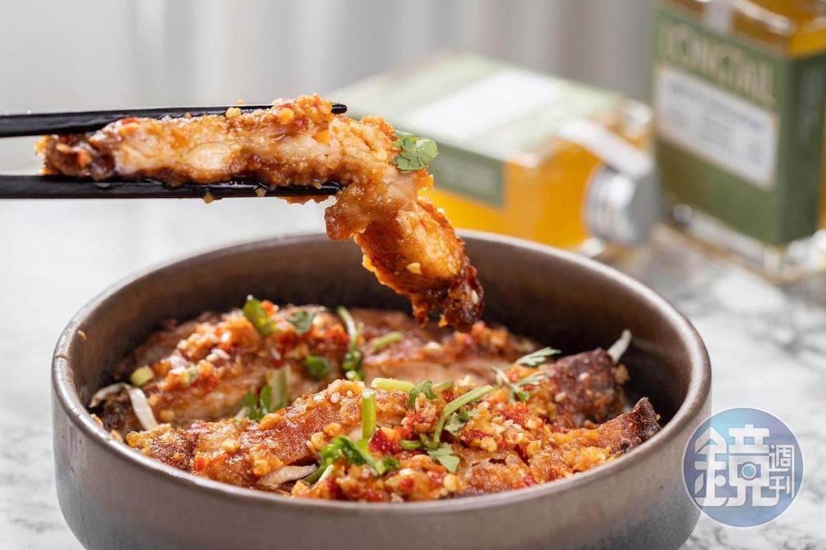 「台式椒麻雞腿排」以蔥、薑、蒜、辣椒調味帶出香辣口感。(220元/份)