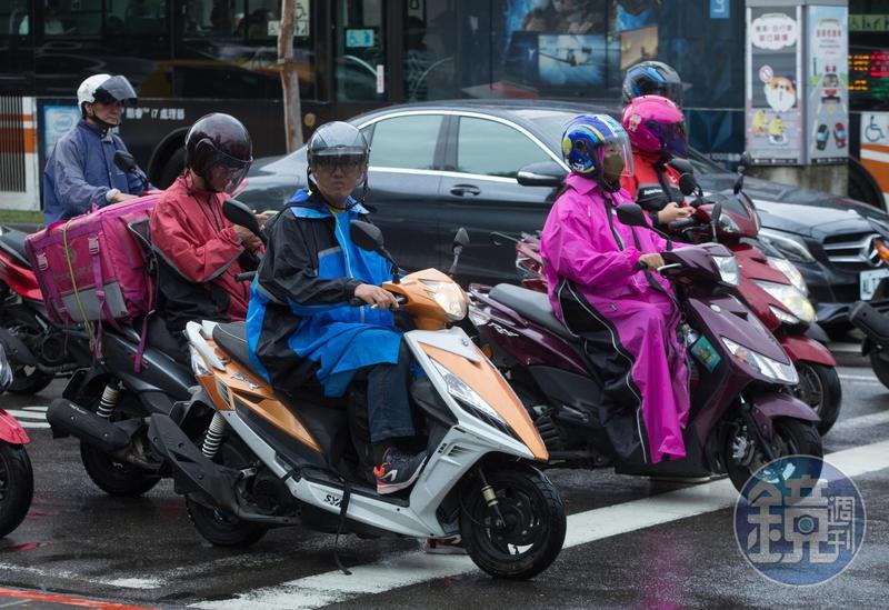 氣象主播賴忠瑋預報,週五鋒面掠過台灣天氣轉濕冷。