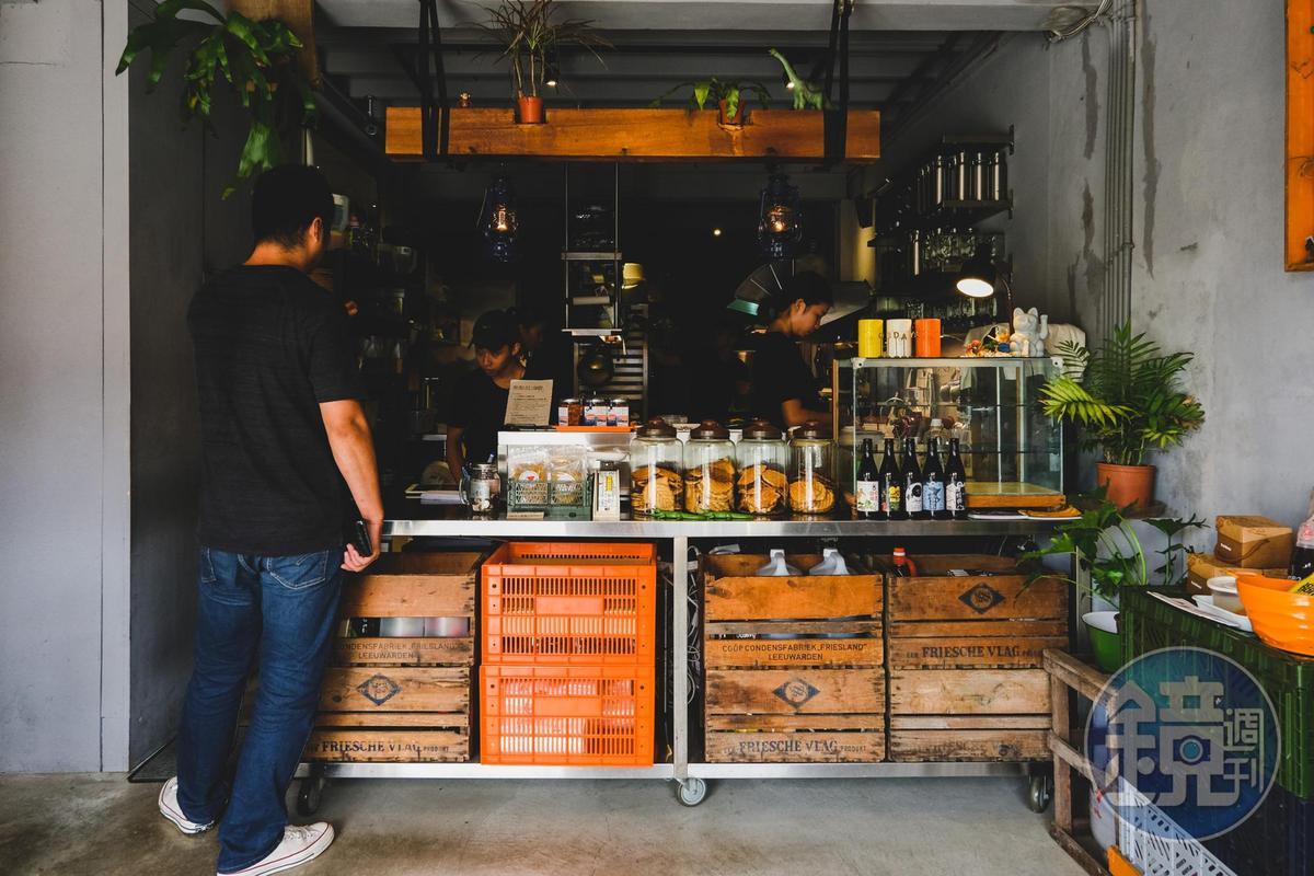 一樓的吧台區,餐點都是在這製作。