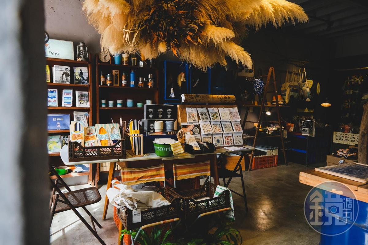 一樓的另一區販賣許多旅行小物。