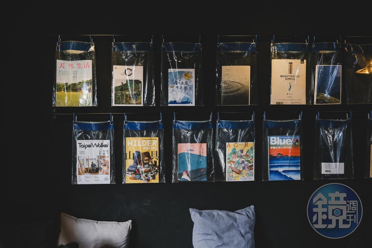 牆上有許多雜誌供閱讀。