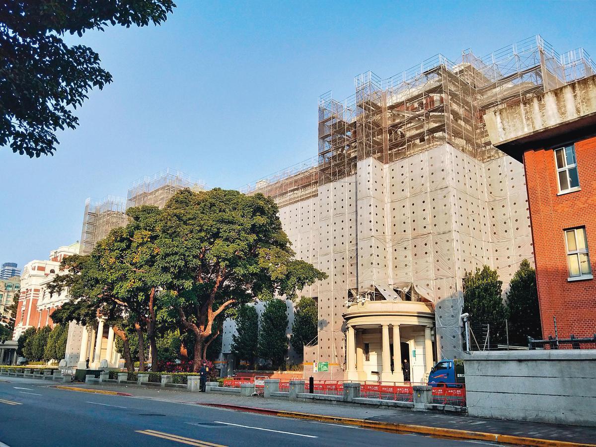 金絲猴的產品大量用於古蹟、老屋的外觀拉皮,2018年總統府外牆施作防水工程時也選用(圖為施工中)。(恆崇提供)