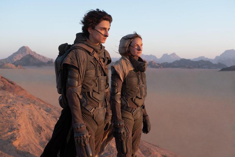 提摩西夏勒梅(左)、蕾貝卡弗格森(右)在《沙丘》飾演母子,遠赴約旦瓦地倫沙漠實景拍攝。(華納兄弟提供)