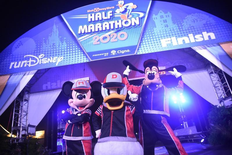 Disney樂園雖受疫情衝擊,但Disney plus訂閱人數2個月就衝破6千萬,營運出現其他動能。(翻攝自迪士尼臉書)