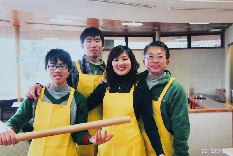 張繼華(右2)說,先生林建宏(右1)是老饕,不僅把她的嘴養刁了,現在連2個兒子也都成為美食家。(張繼華提供)
