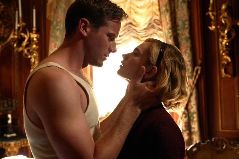 艾米漢默(左)、莉莉詹姆斯(右)兩人外在都古典氣質取勝,在《蝴蝶夢》搭檔扮演豪門夫婦相得益彰,但郎才女貌底下卻充滿謊言。(Netflix提供)