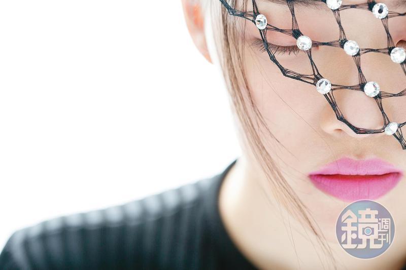 水晶鏤空面紗頭飾,價格店洽 by LOEWE。