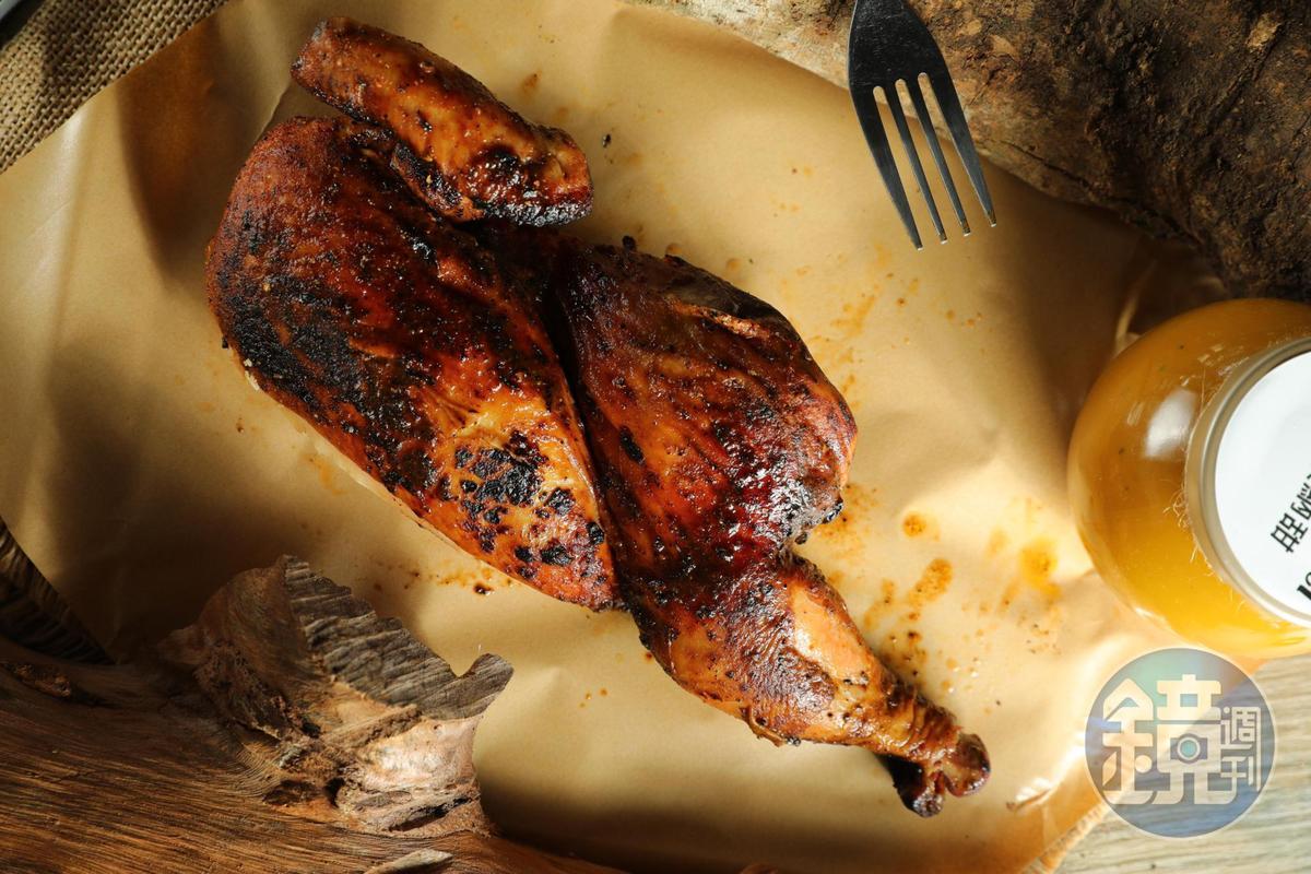 「烤雞」經過8小時低溫烤爐洗禮,卻仍保多汁。(450元/半隻)
