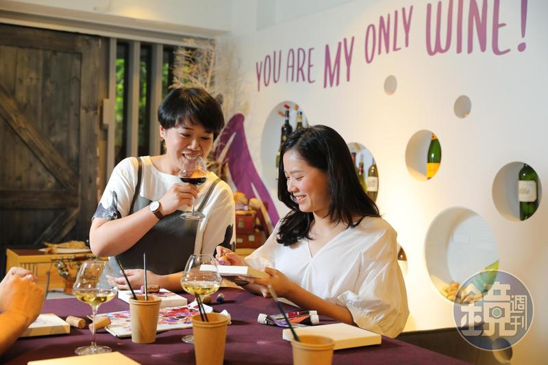 設計藝術活動結合葡萄酒體驗,其中邀請藝術家黃思綺(左)帶領消費者以軟木塞為畫筆創作,打開感官想像。