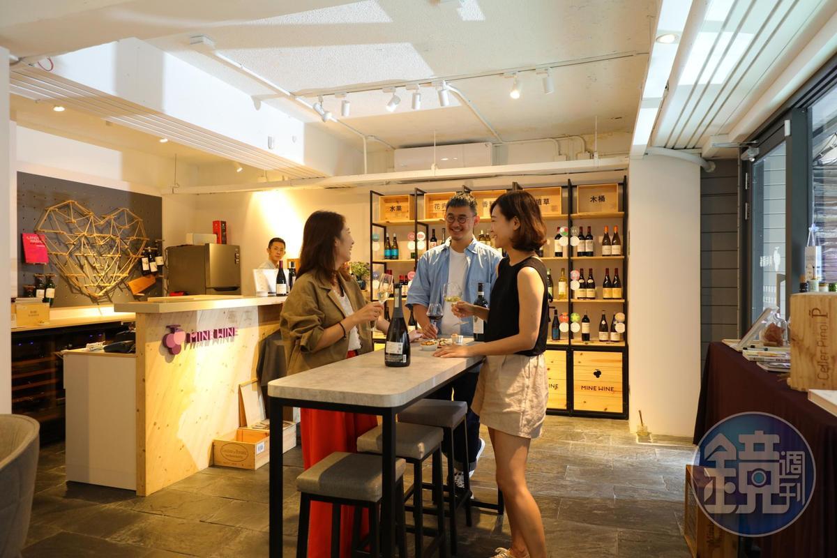 店中央擺放一張長桌,適合三五好友舉杯談天,氛圍愜意。