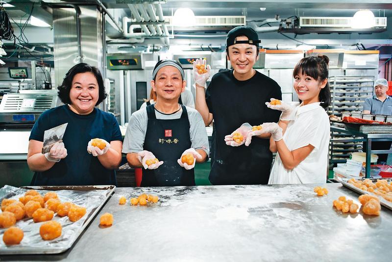 鍾欣凌(左一)、黃姵嘉(右一)、張書偉(右二)在《我》劇開拍前上烘焙課,學習如何製作鳳梨酥。(公視提供)