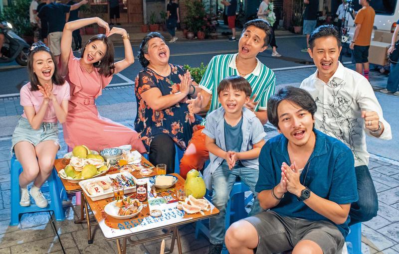 劇中「蘇林彩香】(左三)與兒孫享天倫,戲外演員也玩得起勁。(公視提供)