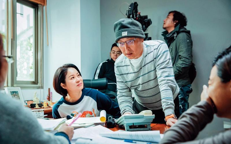劇本底定後,鄧安寧(右)加入創意,豐富喜劇張力。左為陳慧玲。(公視提供)