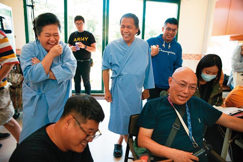 鄧安寧(右)與鍾欣凌(左)、許傑輝(中)即興加入笑哏,現場笑聲不斷。(公視提供)