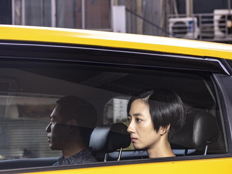桂綸鎂與楊祐寧在新作《腿》中挑戰黑色喜劇演技,迥異以往戲路。(甲上)