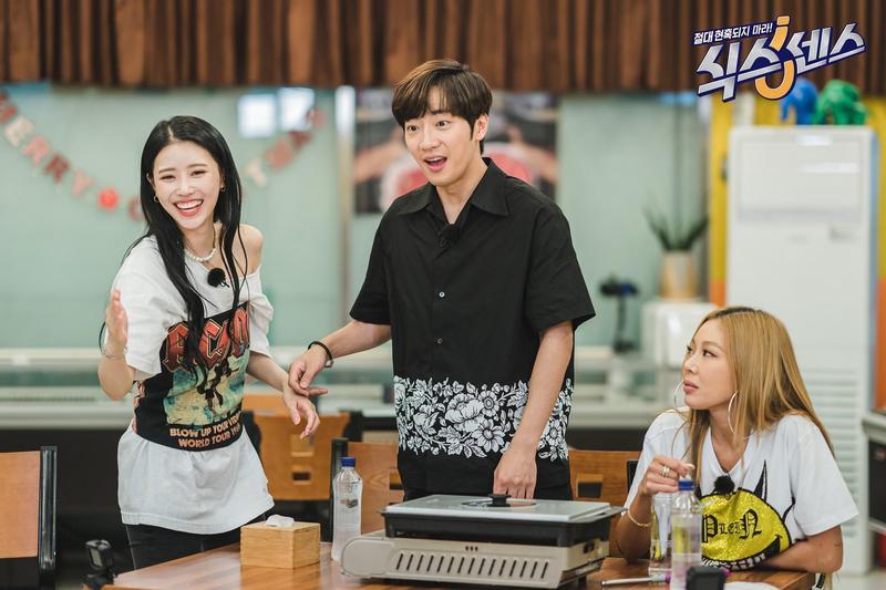 Lovelyz成員美珠(左)在韓綜《第六感》表現突出,連李相燁(中)都招架不住。(翻攝tvN FB)