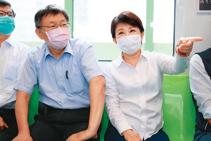 台中市長盧秀燕(右)日前與台北市長柯文哲(左)共同為中捷車站「出入口意象」揭牌,並共乘列車。(台中捷運局提供)