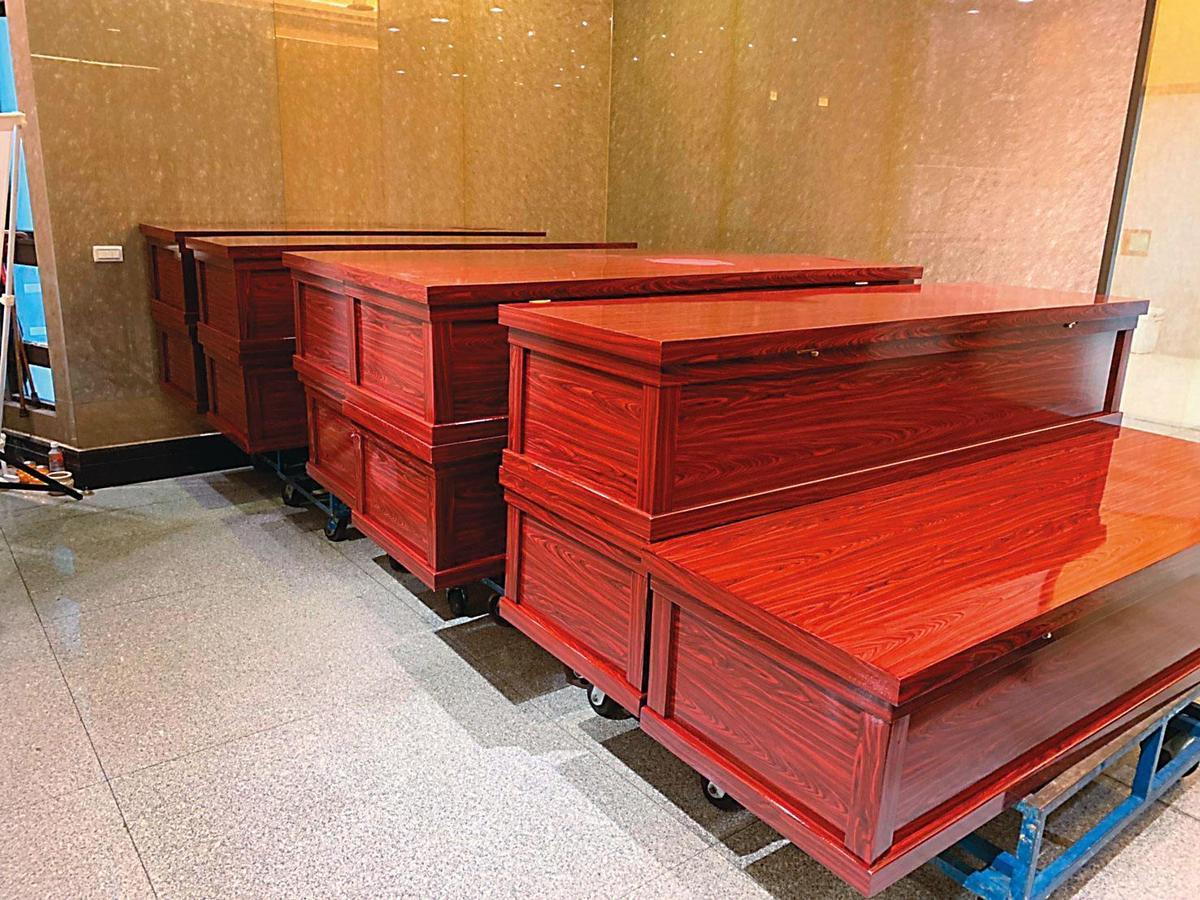 法醫研究所將裝滿刑案死者檢體的17副棺木進行火化,最後安排樹葬。(法醫研究所提供)