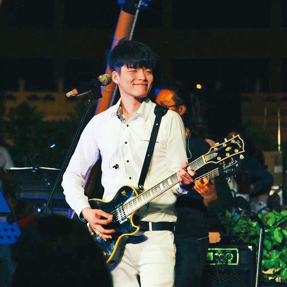 2007年從歌唱比賽《超級星光大道》出身的劉明峰,出道後星途不順,目前在郵輪上當駐唱歌手。(翻攝自劉明峰IG)