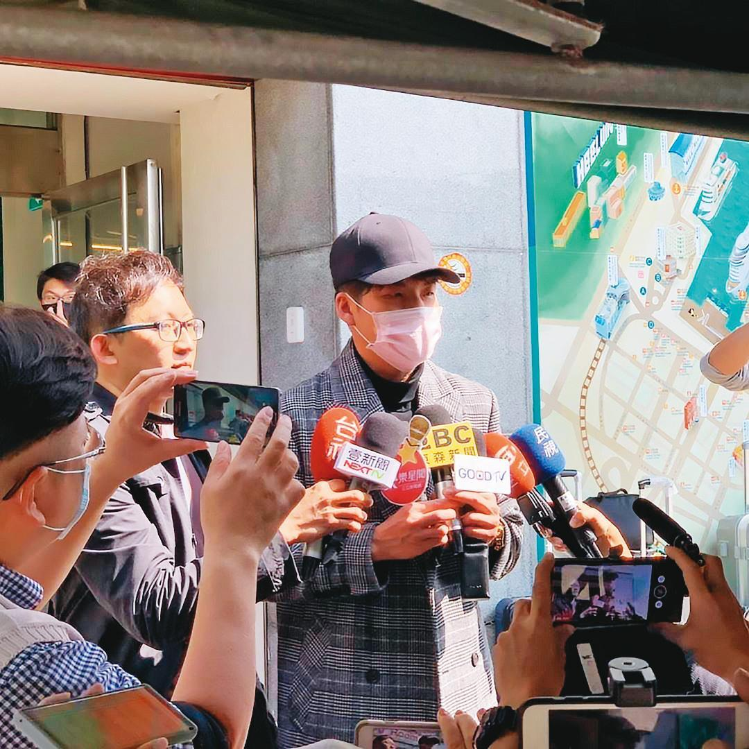 今年2月爆發寶瓶星號群聚感染新冠肺炎,當時劉明峰在船上駐唱被隔離,下船後接受媒體採訪。(翻攝自劉明峰IG)