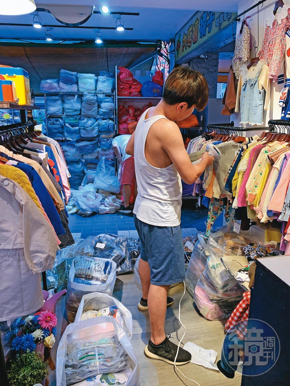 有民眾目擊,曾治豪出沒在五分埔店家,並專注整理店內童裝。(讀者提供)