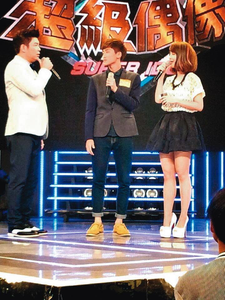 蘇侯宇(中)憑藉好歌喉,闖進《超級偶像》踢館賽。右為郭靜、左為曾國城。(翻攝自蘇侯宇臉書)