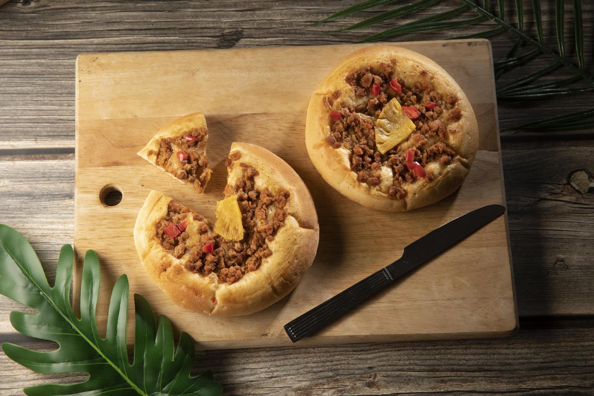 9月新品「新豬肉鳳梨披薩麵包」自家培養魯邦種酵母、OmniPork新豬肉、秘製香料粉、特級初榨冷壓橄欖油、特製農場白醬、紅椒、鳳梨。