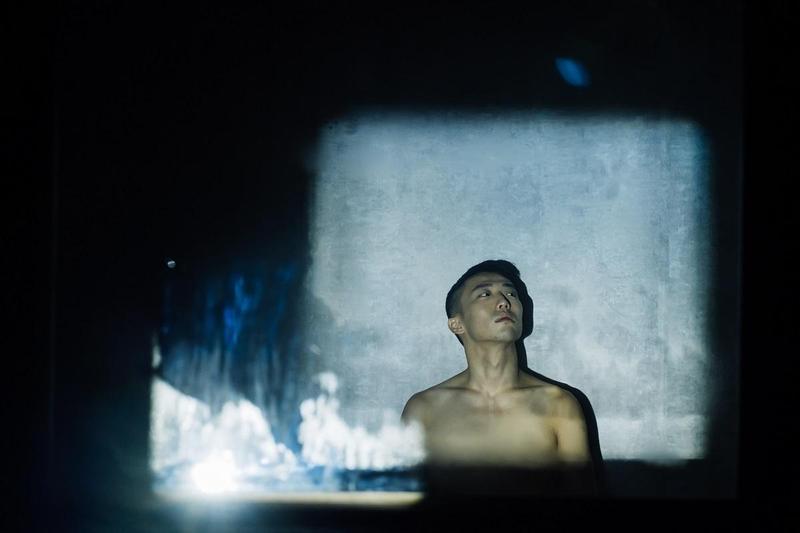 VR作品〈霧中〉走進同志三溫暖,橫陳男體詩意比喻現代人的寂寞。(高雄電影節提供)