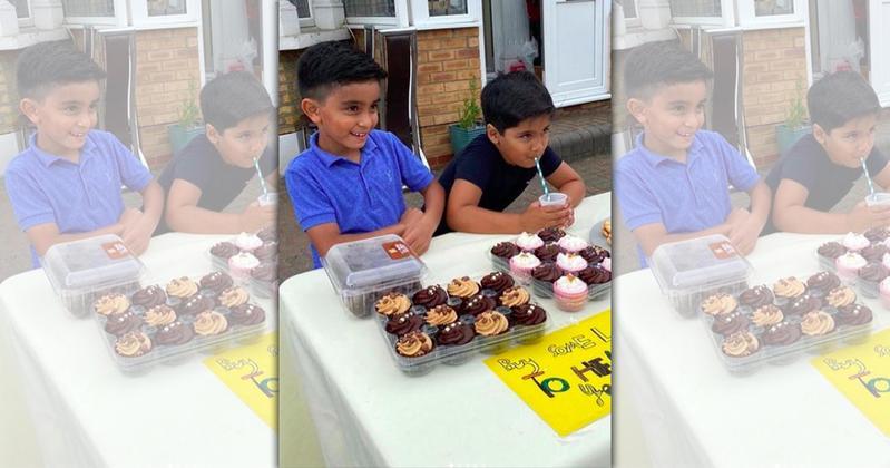 2位英國小孩在得知葉門的消息後,決定在家門口擺攤義賣援助葉門。(翻攝自Lemon Aid Boys官方Instagram)
