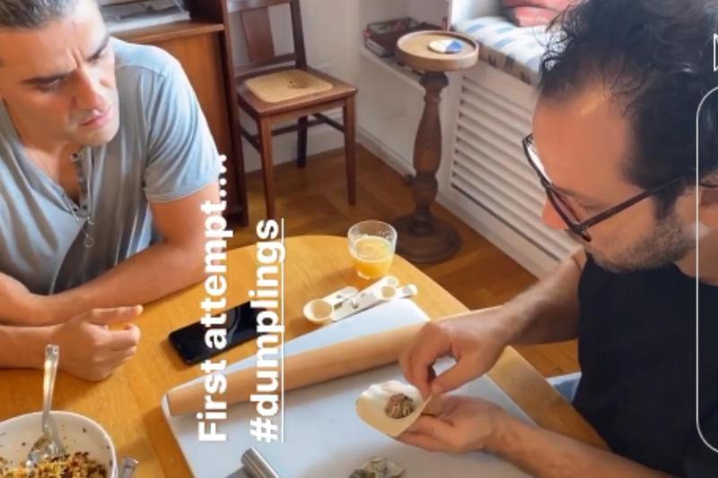 奧斯卡伊薩克與友人包水餃聚餐,第一次包餃子的他專心學習朋友的教導,但皮太厚餡太少。(翻攝自Elvira Lind IG)