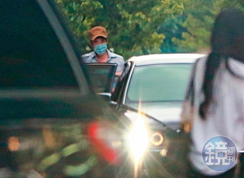 9月9日17:21,王力宏的專屬座車早已在門口等候多時,他隨即上車離開。