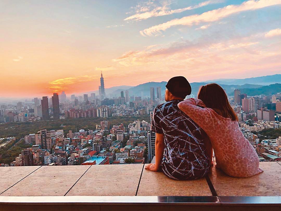 周杰倫砸重金買下頂樓豪宅,夫妻倆常在自家頂樓,一起欣賞夕陽。(翻攝自周杰倫IG)