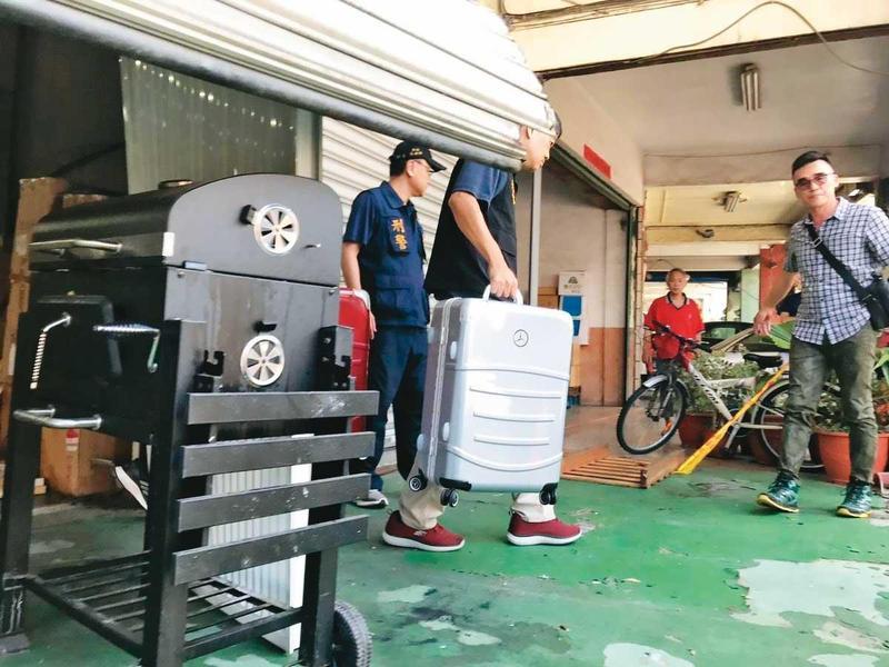 檢警在連千毅倉庫搜出仿冒的賓士行李箱,連稱遭供應商欺騙,將提告。(翻攝畫面)