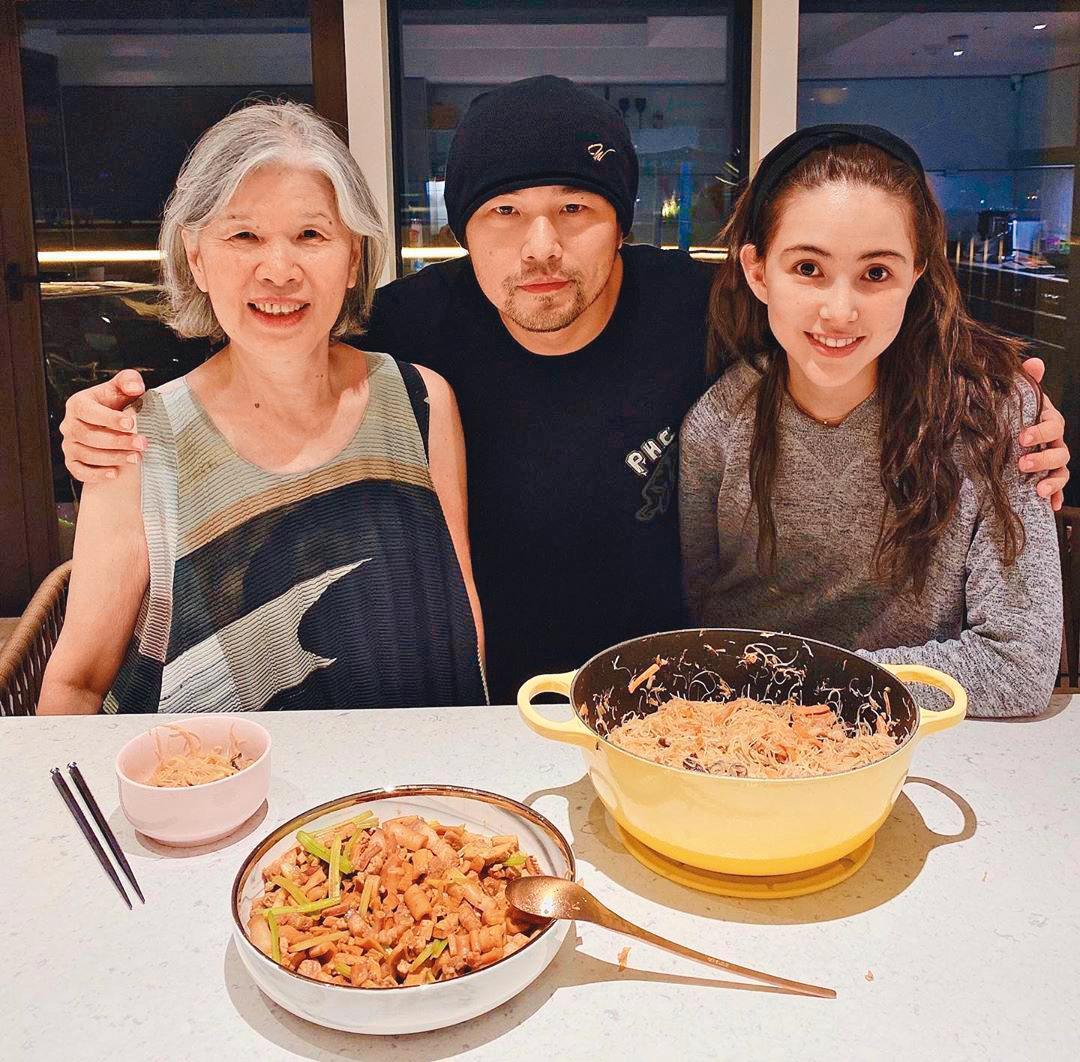 周杰倫和媽媽葉惠美(左)、老婆昆凌(右)的感情親暱,在台期間周董還會做菜給家人吃。(翻攝自周杰倫IG)