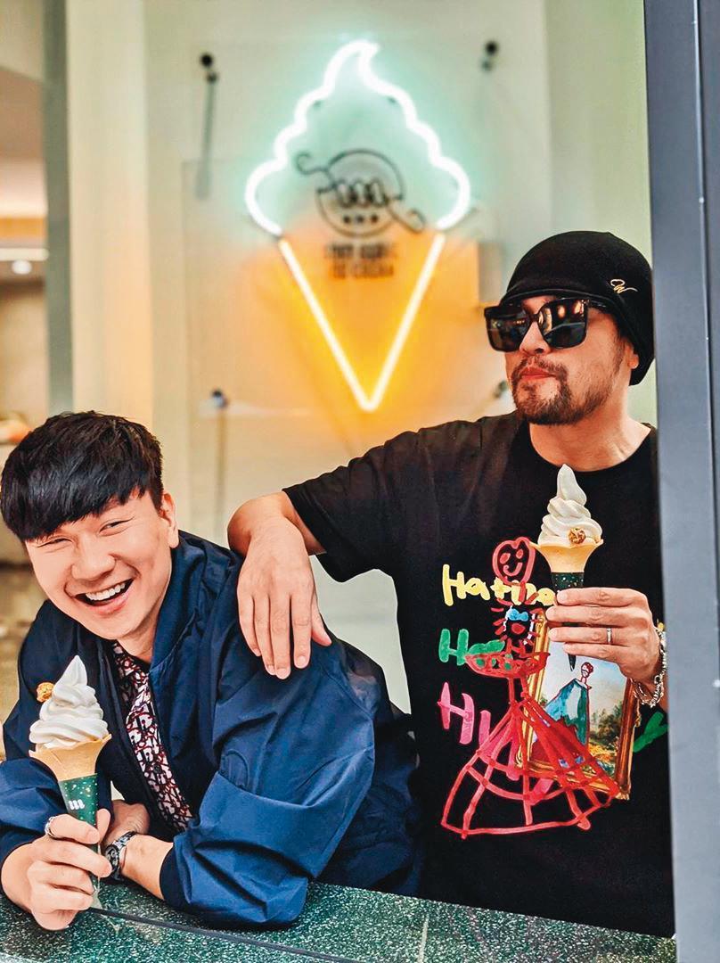 除了打籃球消磨時光,周杰倫還到好友林俊傑(左)開設的咖啡廳捧場。(翻攝自林俊傑IG)