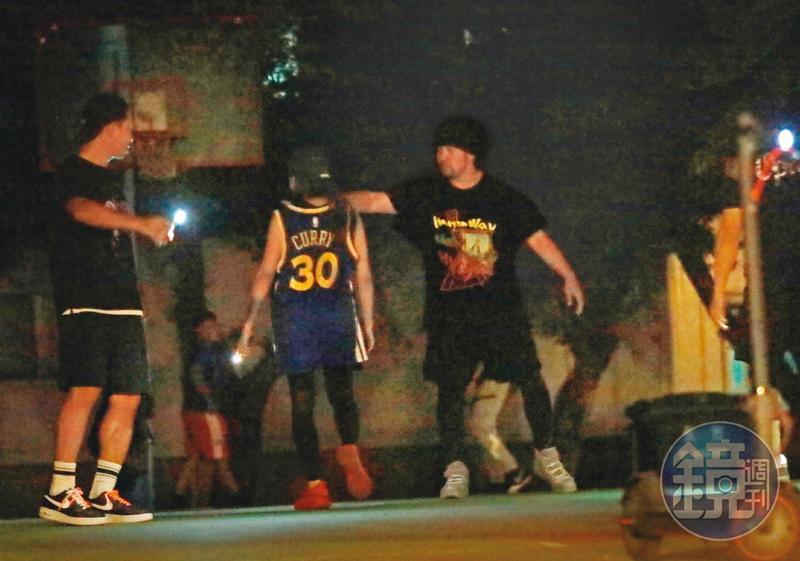 9月7日00:41,周杰倫(右)穿著一身黑,和友人在新生公園籃球場打球。