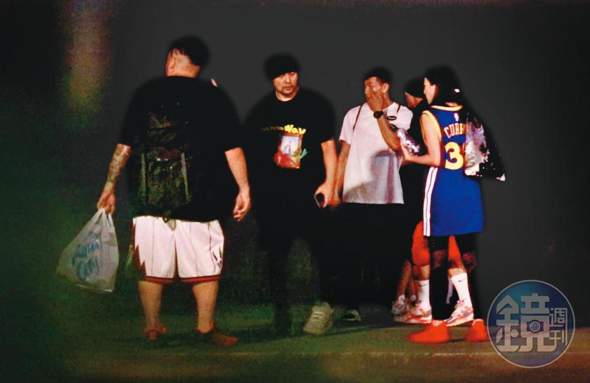 00:43,因演唱會巡迴至今暫停,周杰倫(左二)多了空閒時間,就猛打籃球,1週內打球4次。
