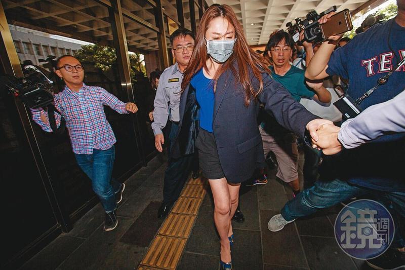 李婉鈺近年來負面新聞不斷,因襲警案被北檢裁定交保後,步出台北地檢署。