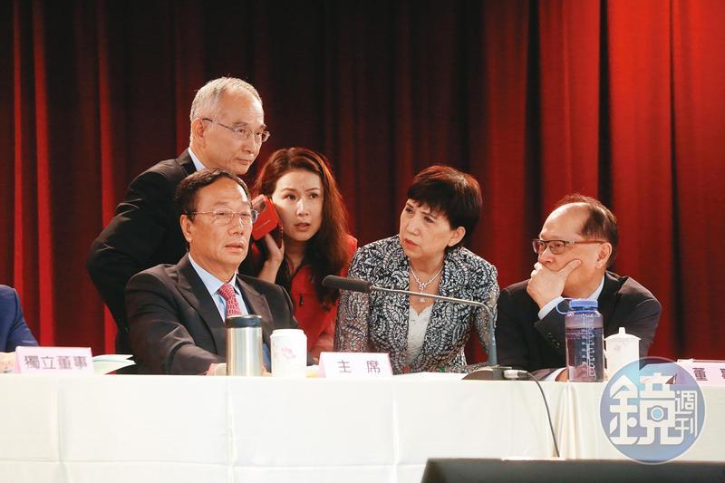 鴻海創辦人郭台銘(前左)、亞太電信董事長呂芳銘(後左)討論電信布局。圖為2017年鴻海股東會。