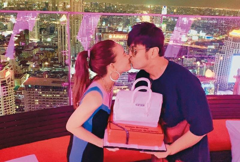 昆凌生日,周杰倫送上名牌包造型的翻糖蛋糕給嬌妻,兩人還深深一吻。(翻攝自周杰倫IG)