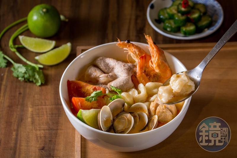 「泰式東央貢海陸麵疙瘩」加入椰奶,湯頭柔潤濃郁。(200元/碗,加80元升級套餐,可選開胃小菜及飲品)