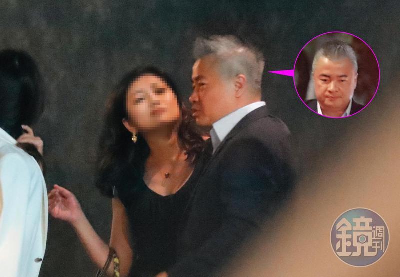 9月1日22:23,郁方不在台北的時候,她老公陳昱羲(右)過得非常充實,比如熟女會對他笑得開懷,言行非常主動。