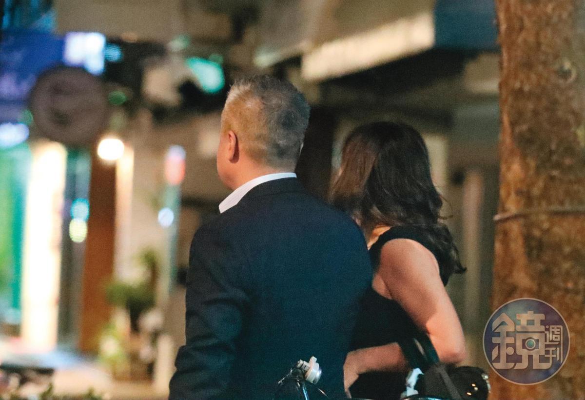 22:24,原本陳昱羲(左)就很有異性緣,即使已是人夫,依舊有魅力,能讓熟女對他獻出肢體熱情。