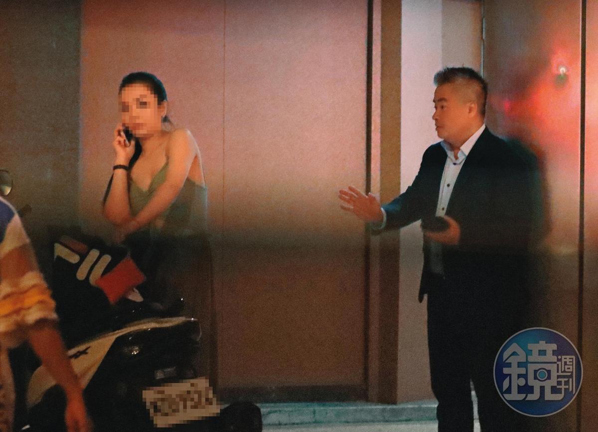9月2日00:20,喝到幾乎失去理性的陳昱羲(右),突然出現在酒店樓下,而且行為舉止嚇到旁邊的陌生女子。