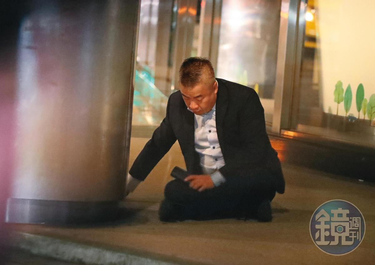 00:24,沒人搭理的陳昱羲,自己慢慢坐在地上,開始了一段放飛自我的節奏。