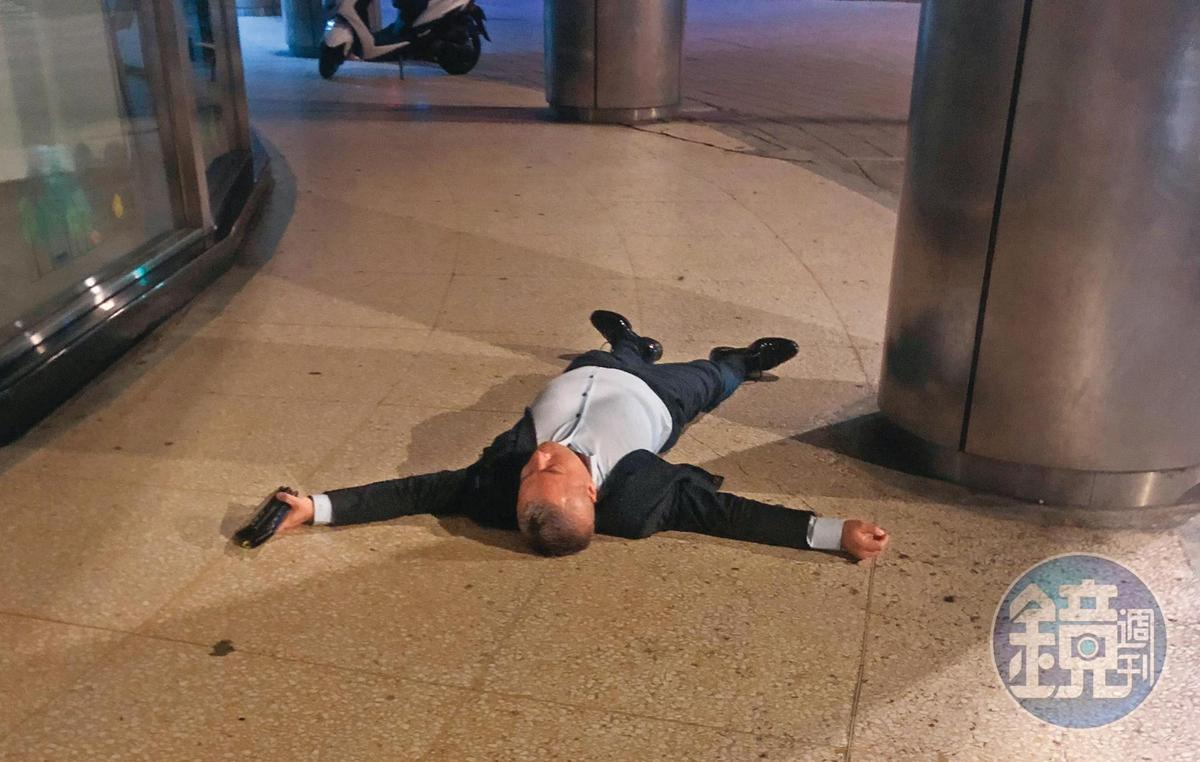 00:27,陳昱羲在大街上睡成大字型,非常率性而且沒有富商包袱。