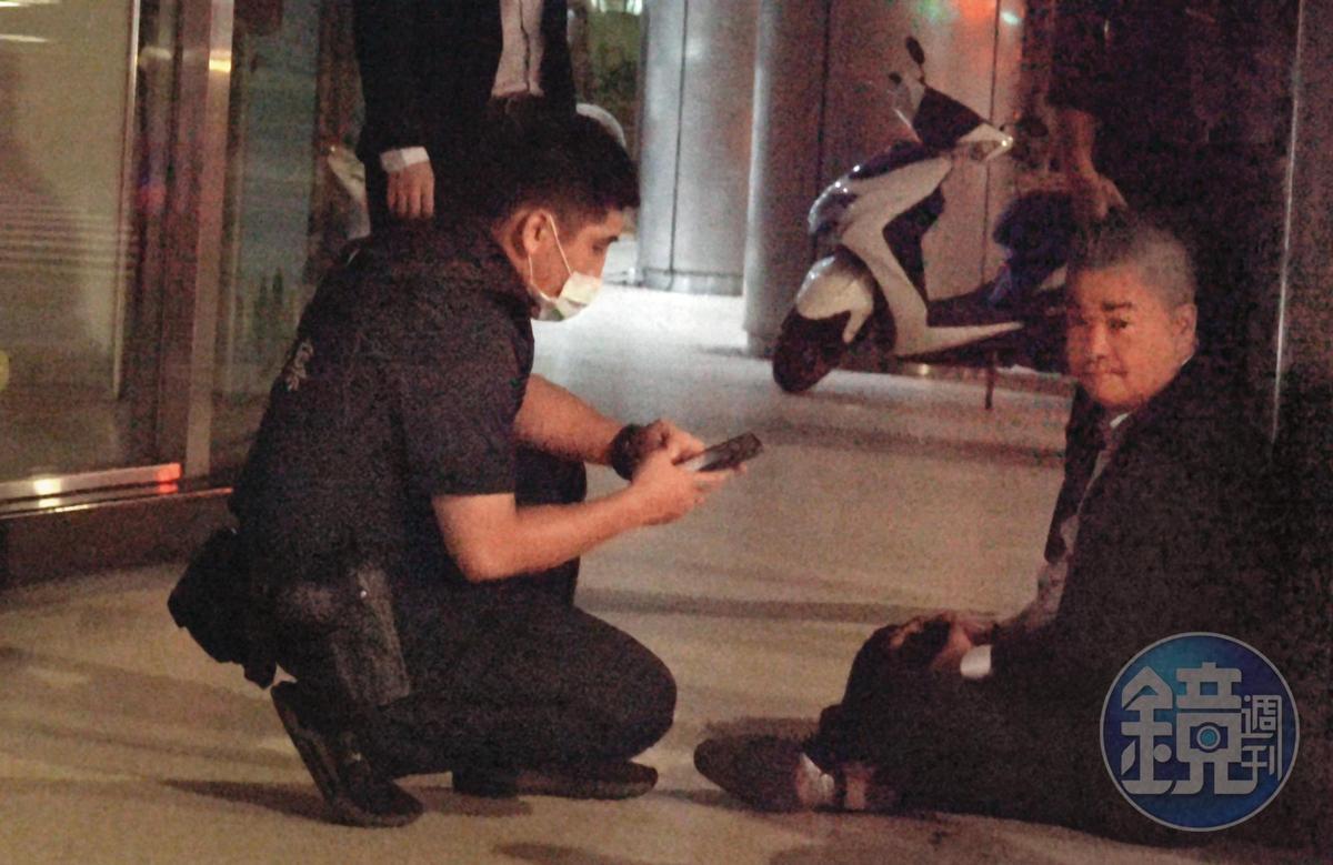 00:38,警方出動關切醉到不行的陳昱羲(右),最後讓他坐上計程車回家,結束荒唐鬧劇。
