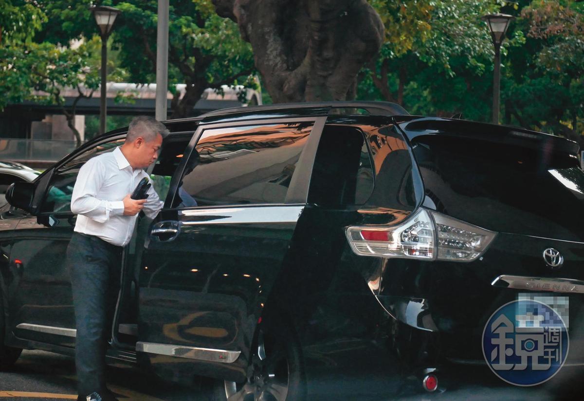 9月2日17:26,老婆與小孩不在身邊的時候,陳昱羲經常與貼身女助理一同進出,並且充當她的司機。
