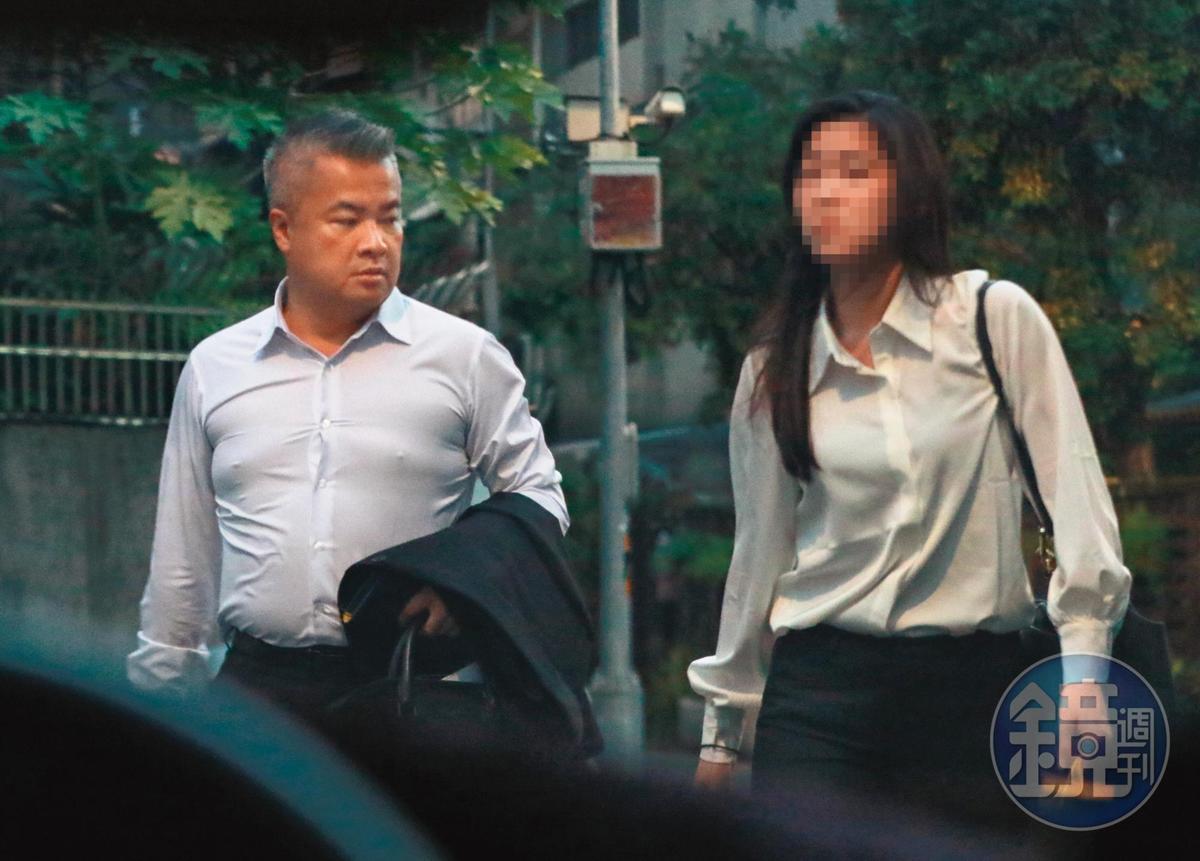 18:13,郁方老公(左)與女助理(右)的互動已經不像業務範圍,有著相當多的私人單獨相聚行程。
